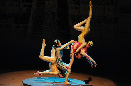 传统杂技柔术表演